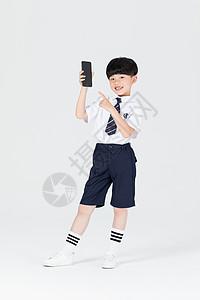 儿童拿手机使用手机图片