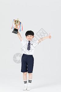 儿童手拿奖杯胜利开心图片