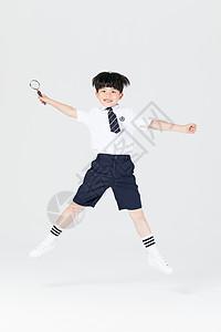 拿着放大镜探索学习的小男孩图片