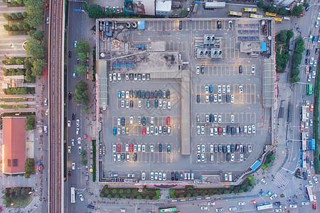 俯瞰城市购物中心楼顶的停车场图片