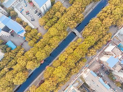 俯瞰城市老式小区的景观池图片
