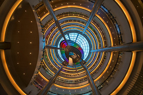 城市购物中心的天幕图片