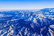 高空俯瞰雪山风景图片