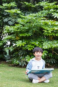 可爱儿童在公园草地画画图片