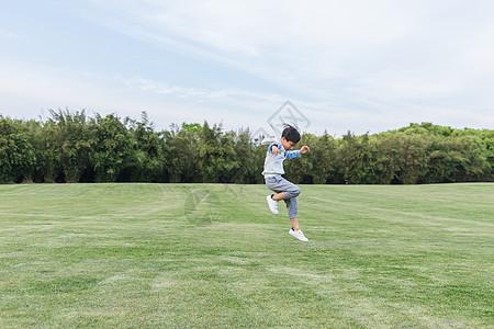 可爱儿童在草地游玩跳跃图片