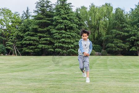 可爱儿童在草地游玩奔跑图片