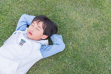 可爱儿童躺草地上休息图片