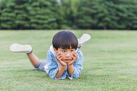 可爱儿童趴在草地上图片