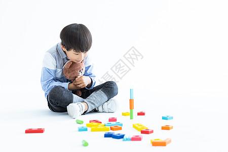 儿童在地上玩积木图片