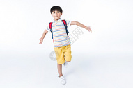活泼的孩子背着书包图片