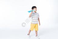 儿童玩纸飞机图片