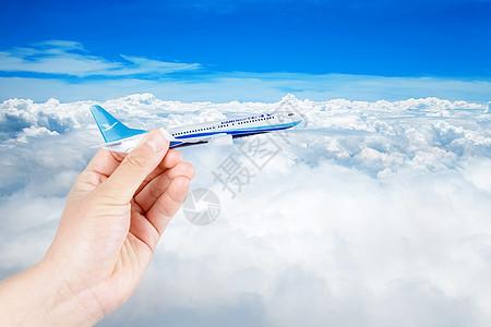 自由穿过云层的飞机图片