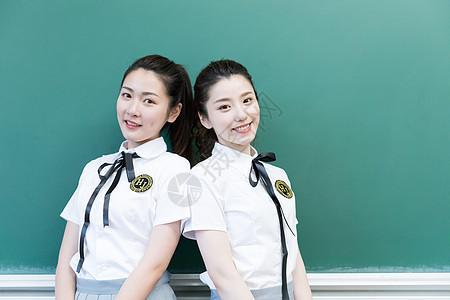 站在黑板前拍照的同学闺蜜图片