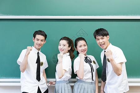 站在黑板前合影的同学们图片