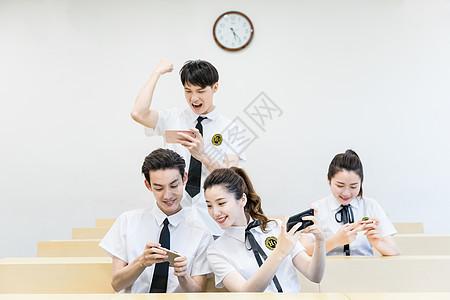 在教室里玩手机游戏的同学图片