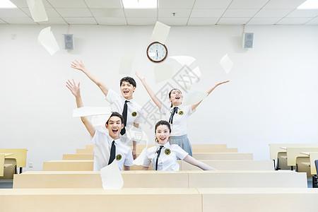 毕业季大学生教室欢呼开心图片