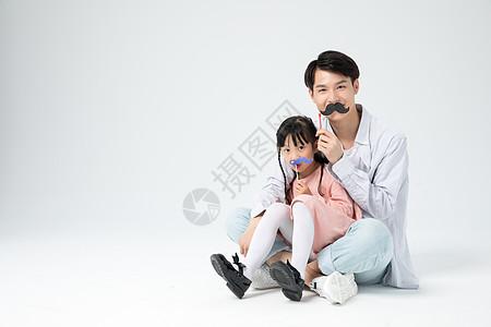父女拍照搞怪道具玩耍陪伴图片