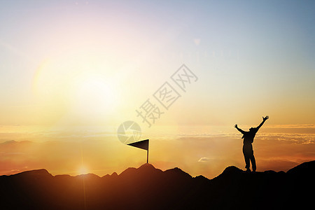 夕阳下登山人物剪影 图片