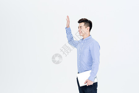 商务男士手拿笔记本电脑图片