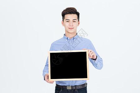 年轻男性手拿小黑板展示图片