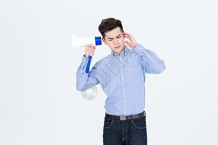 年轻人手拿扩音器形象图片