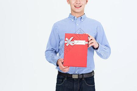 年轻男子手拿礼物盒图片