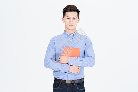 手拿笔记本阅读的青年男性图片