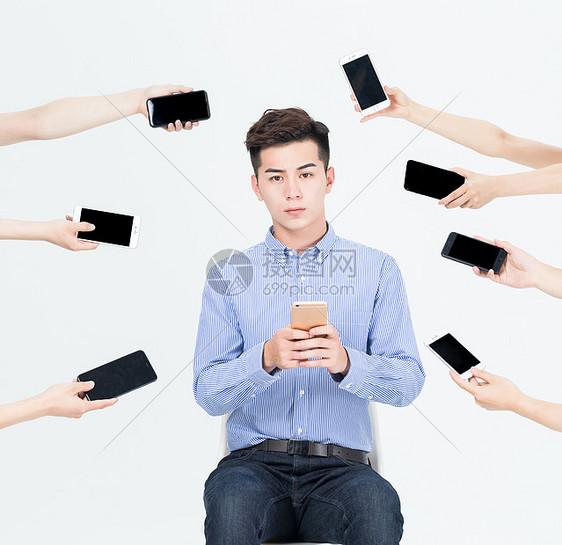 商务男士被手机信息包围图片