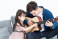 爸爸和女儿在客厅弹吉他图片
