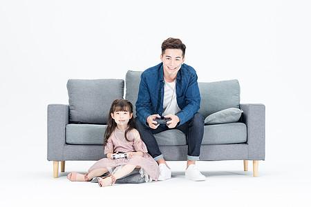 爸爸和女儿在客厅玩电子游戏图片