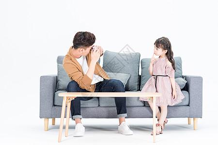 年轻爸爸和女儿在客厅沙发拍照自拍图片