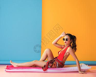 时尚复古泳装美女晒太阳浴图片