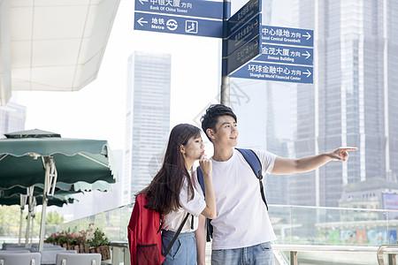 旅游看路标的情侣图片