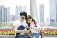 用手机看地图的情侣图片