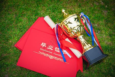 草地上的证书和奖杯图片