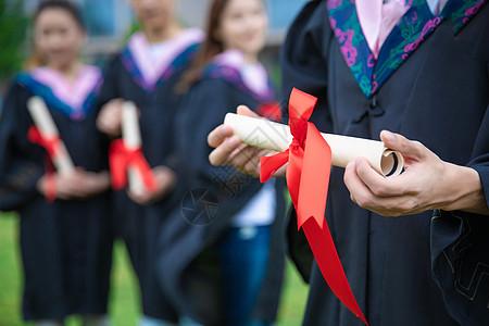 手拿毕业证书的毕业生图片