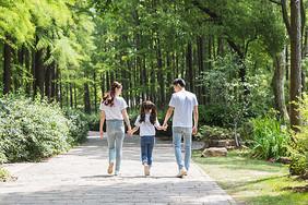 一家人公园牵手散步图片