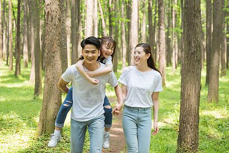 一家人在公园森林里散步图片