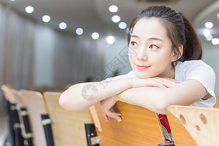 坐在教室里的甜美女生图片