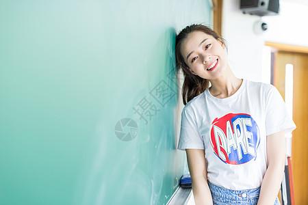 站在黑板前的女同学图片