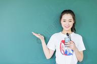校园学生同学站在讲台黑板前图片