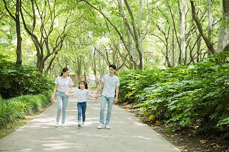 一家人公园里牵手散步图片