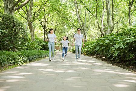 一家人公园里牵手奔跑图片