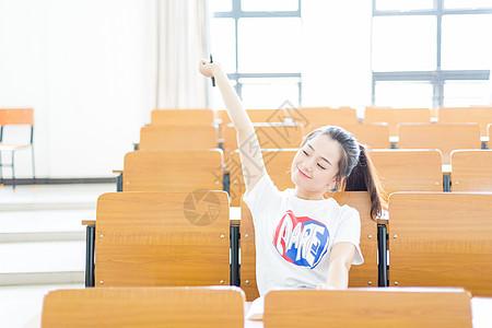 教室里微笑俏皮的女生校园写真图片