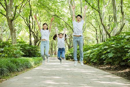 一家人公园里跳跃图片