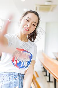 教室俏皮小清新可爱女生图片