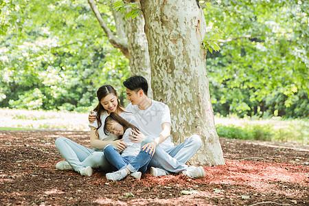 一家人坐在大树下休息图片