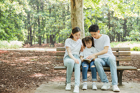 一家人公园长椅上看书图片