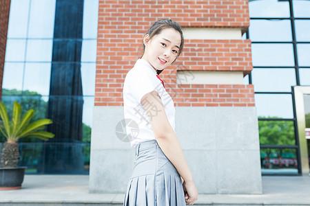 大学校园里微笑的女生图片