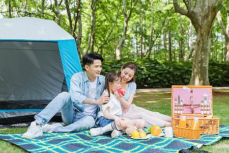 一家人野炊吃水果图片